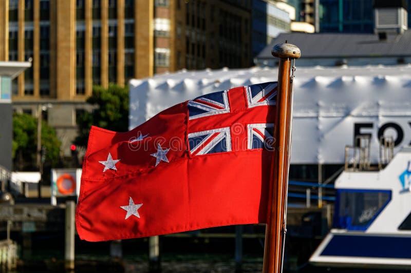 A bandeira vermelha de Nova Zelândia, com Union Jack e a cruz do sul fotos de stock