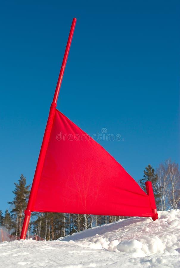 Bandeira vermelha na inclinação do esqui foto de stock