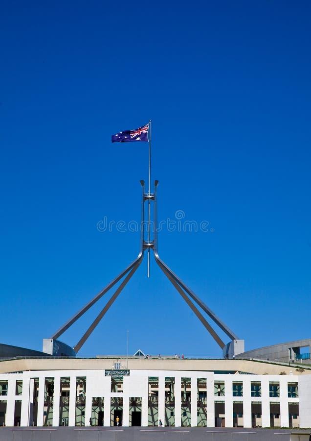 A bandeira voa no flagpole gigante sobre Parli australiano fotografia de stock