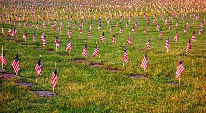 Bandeiras americanas dos E.U. em sepulturas no cemitério dos veteranos foto de stock royalty free