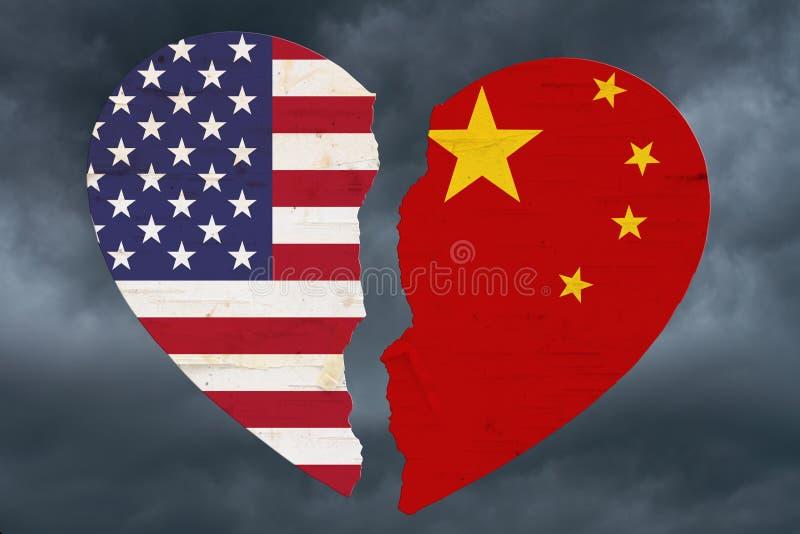 Bandeiras americanas e chinesas em um coração quebrado imagens de stock