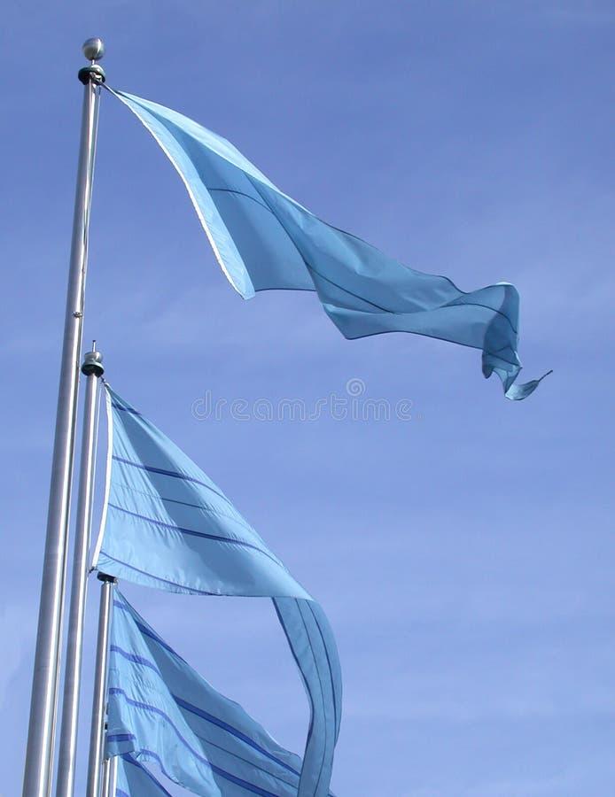 Bandeiras azuis em um céu azul fotos de stock