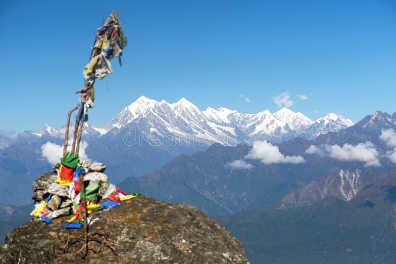 Bandeiras budistas da oração e grande cume Himalaia, Nepal imagens de stock royalty free