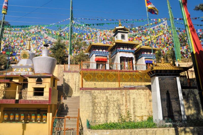 Bandeiras budistas da oração em Dharamshala, Índia fotografia de stock royalty free