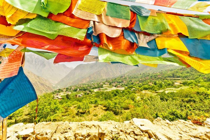 Bandeiras budistas da oração em Sichuan imagem de stock