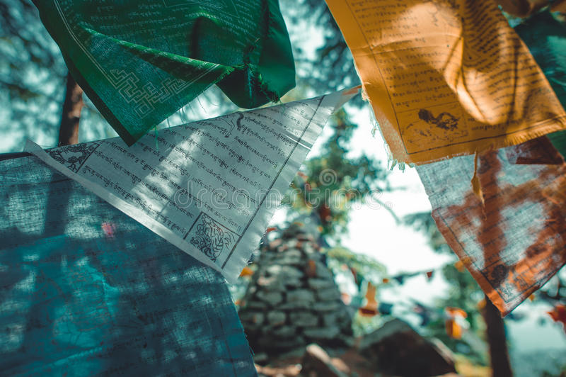 Bandeiras budistas da oração em um monte imagem de stock