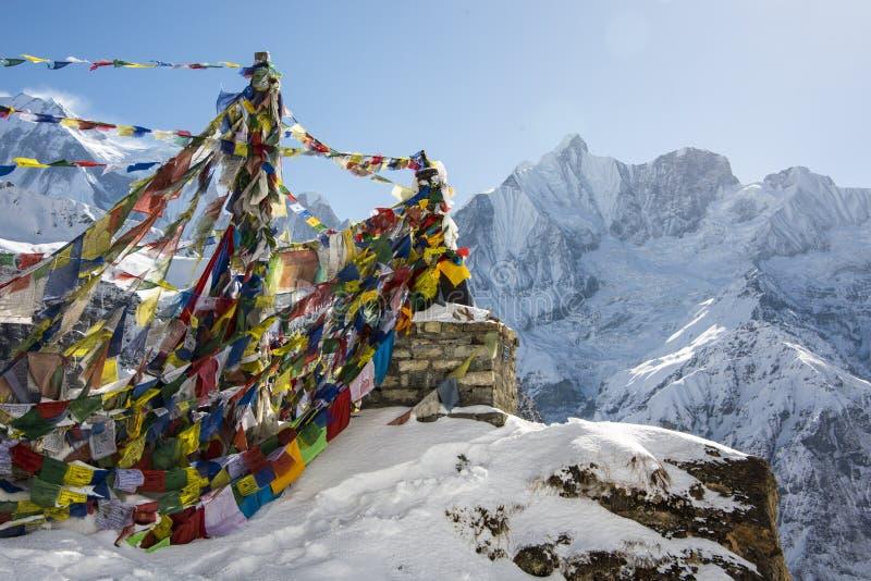 Bandeiras budistas da oração no acampamento base de Annapurna foto de stock