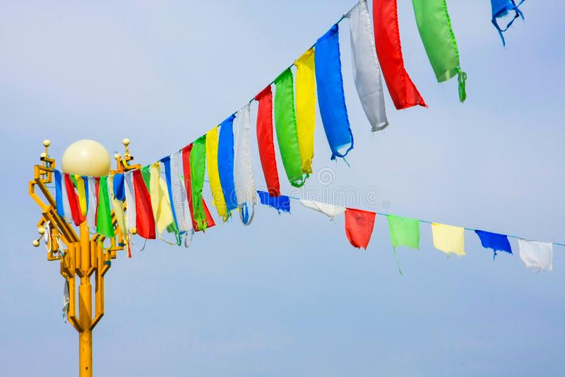 Bandeiras budistas da oração que darding com as mantras inscreidas nelas, em sutras e em orações fotos de stock