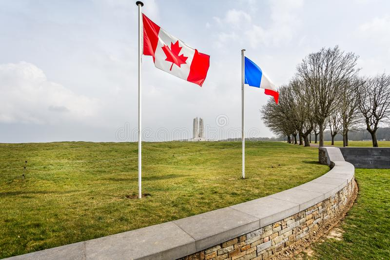 Bandeiras canadenses e francesas que voam na frente do memorial nacional canadense de Vimy perto do Arras, França fotos de stock