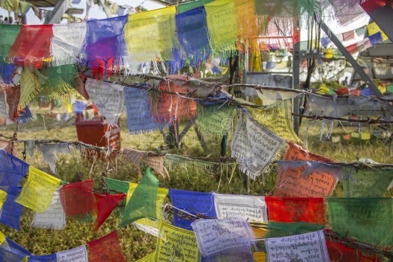 Bandeiras coloridas budistas tibetanas da oração no arame farpado Tibet estará livre fotografia de stock