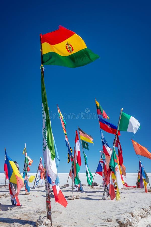 Bandeiras coloridas do mundo inteiro em planos de sal de Uyuni, Bolívia Ámérica do Sul fotografia de stock royalty free
