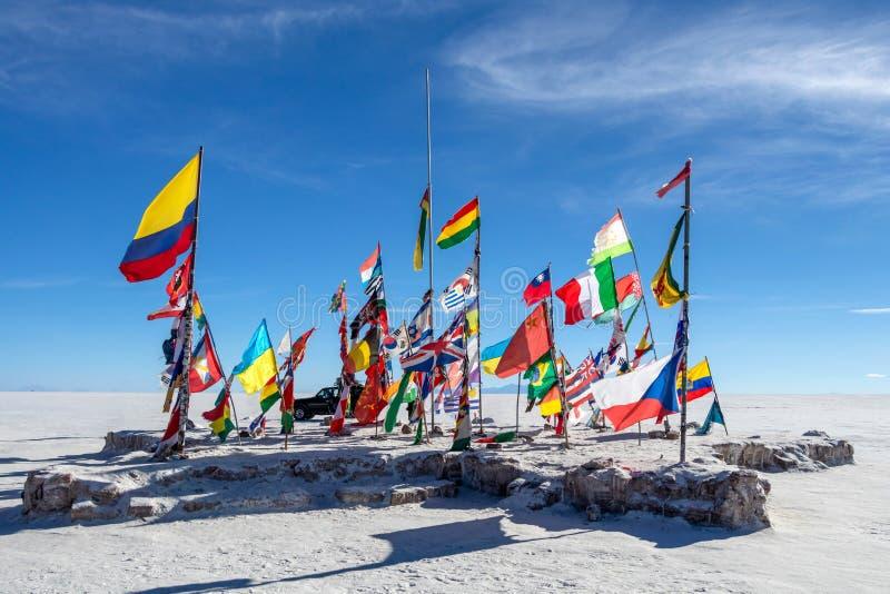 Bandeiras coloridas do mundo inteiro em planos de sal de Uyuni, Bol?via, ?m?rica do Sul imagens de stock royalty free
