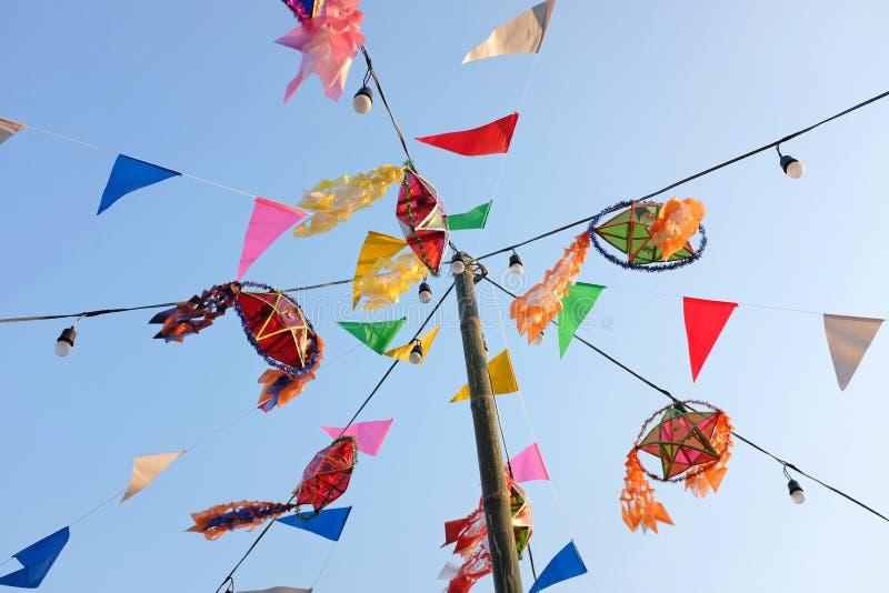 Bandeiras coloridas na feira tailandesa do templo, Tailândia imagens de stock