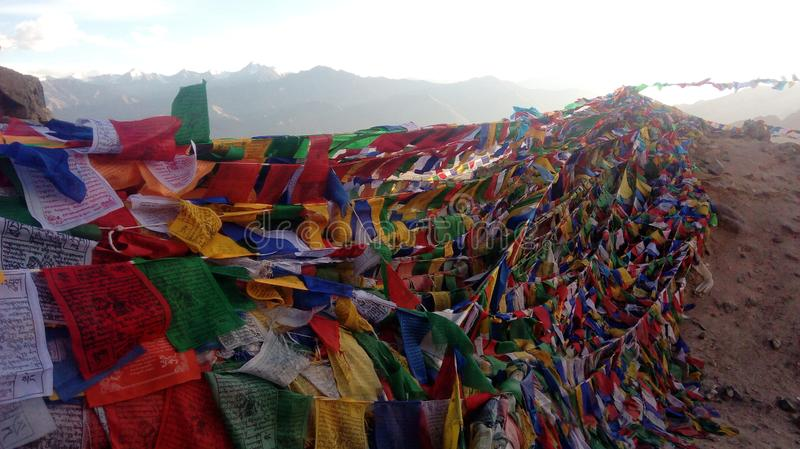 Bandeiras coloridas tibetano da oração com mantras fotos de stock royalty free