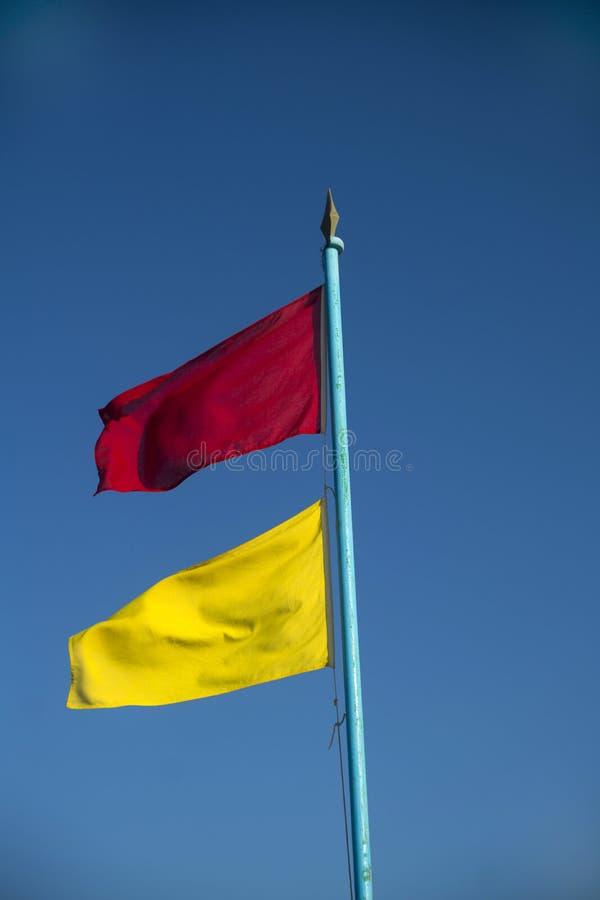 Bandeiras da monitoração da praia imagens de stock royalty free