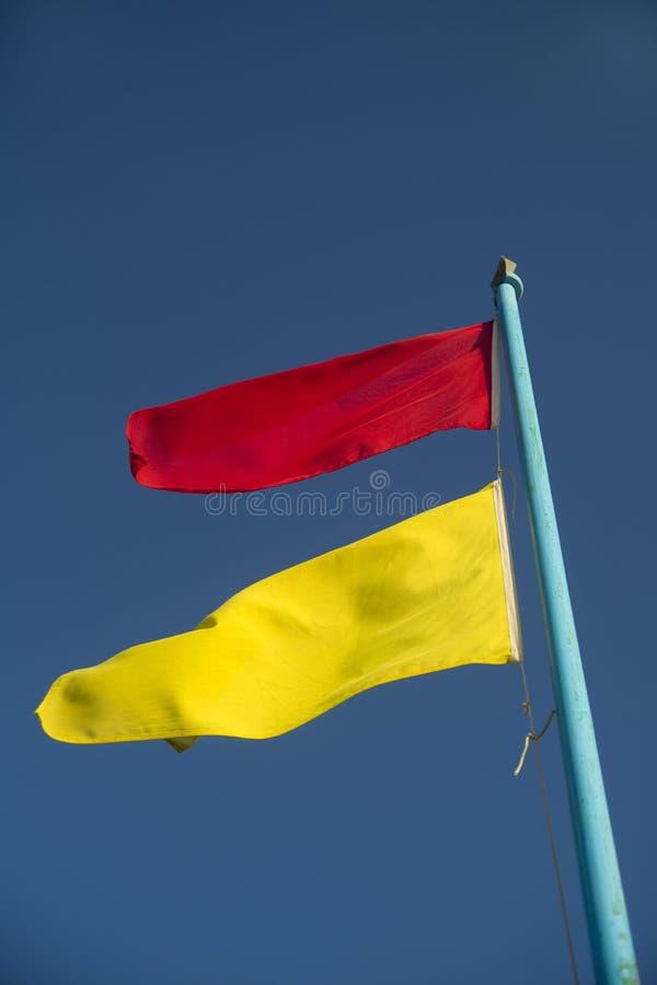 Bandeiras da monitoração da praia imagens de stock