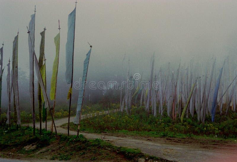 Bandeiras da oração ao lado da estrada imagens de stock royalty free