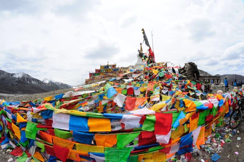 Bandeiras da oração com torre branca imagens de stock royalty free