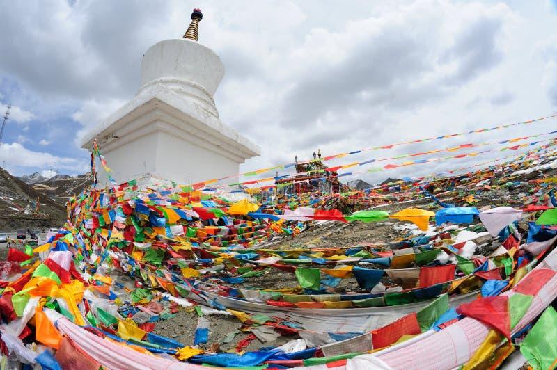Bandeiras da oração com torre branca foto de stock royalty free