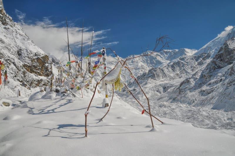 Bandeiras da oração em Himalyas foto de stock royalty free