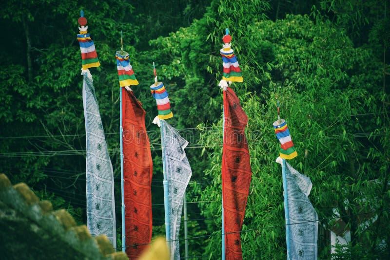 Bandeiras da oração em um monastério imagens de stock