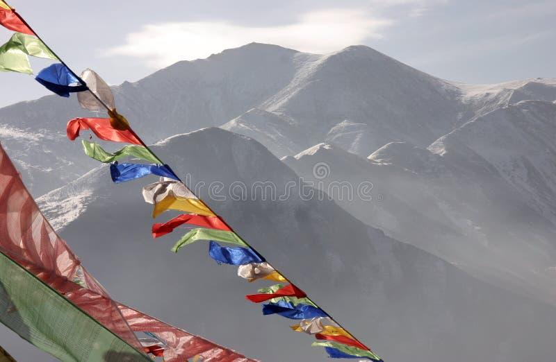 Bandeiras da oração na frente das montanhas de Yushu fotografia de stock
