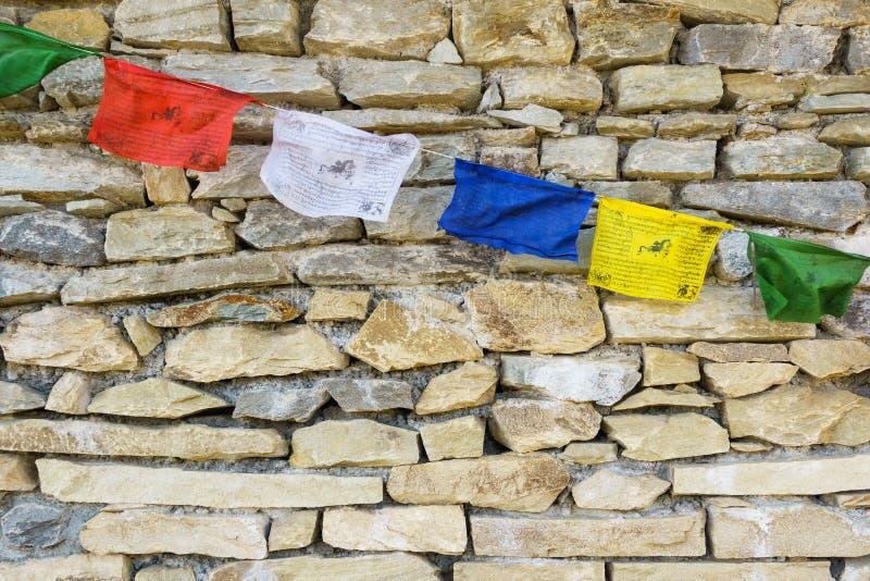 Bandeiras da oração na parede de pedra fotografia de stock royalty free