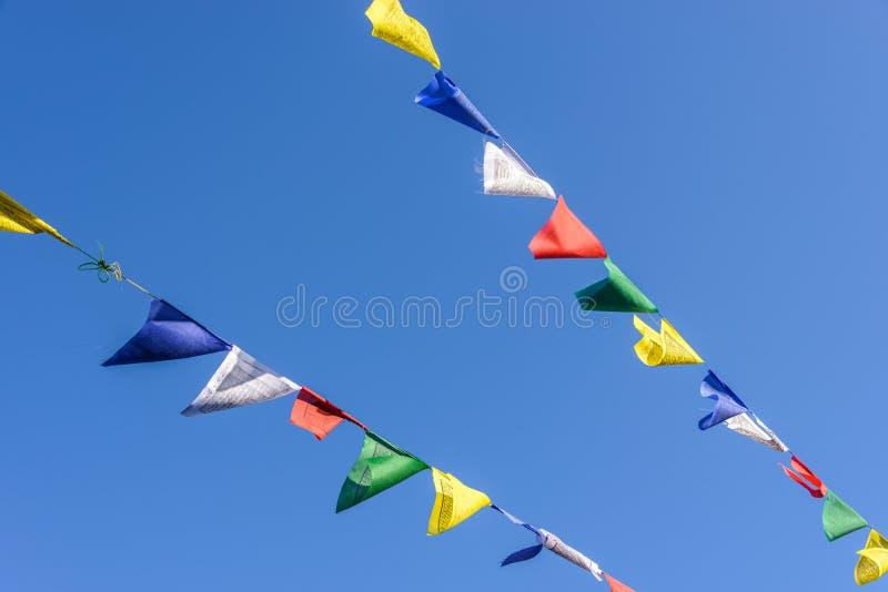 Bandeiras da oração no céu azul imagens de stock