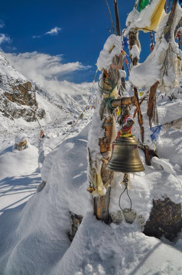 Bandeiras da oração nos Himalayas fotos de stock