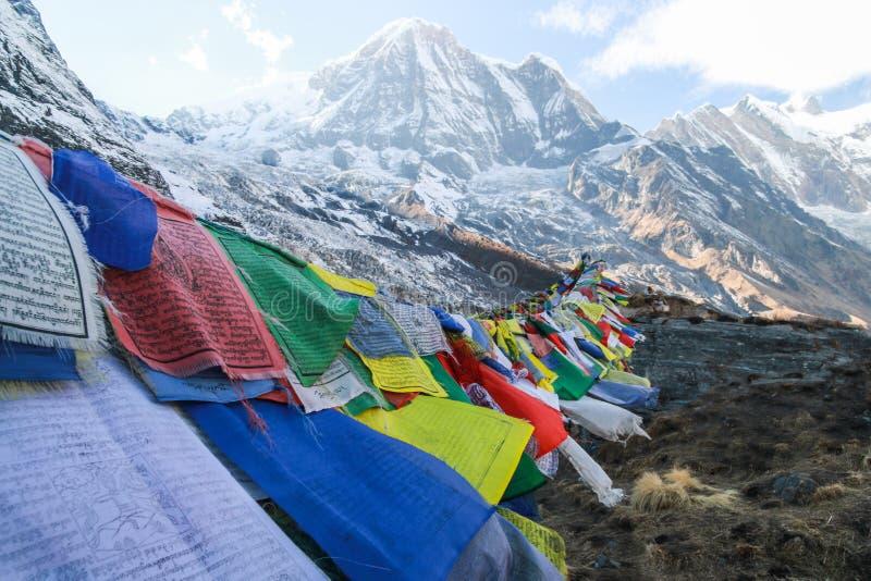 Bandeiras da oração que fundem no vento nos Himalayas imagem de stock royalty free