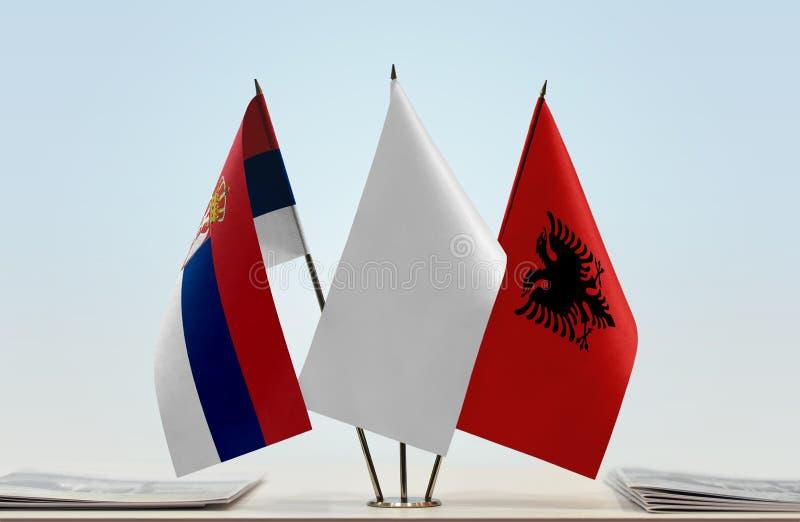 Bandeiras da Sérvia e da Albânia imagens de stock royalty free