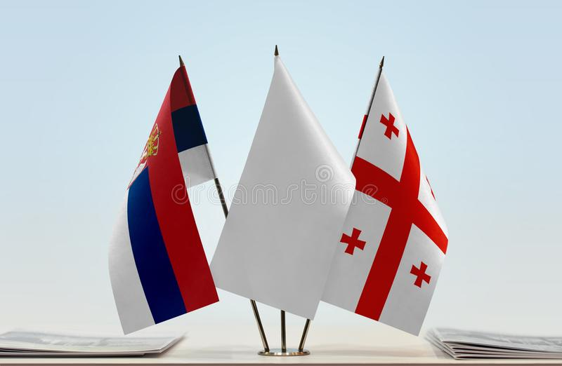 Bandeiras da Sérvia e do Geórgia imagem de stock royalty free