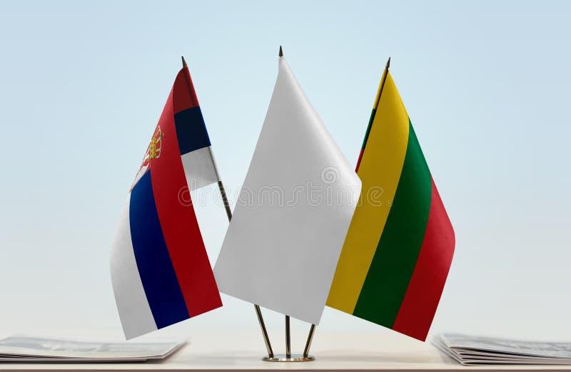 Bandeiras da Sérvia e do Lituânia fotos de stock