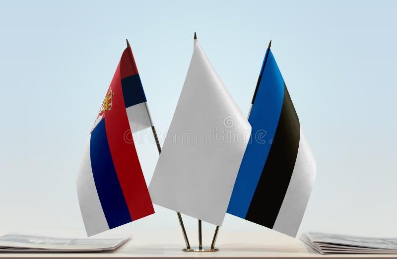 Bandeiras da Sérvia e da Estônia foto de stock