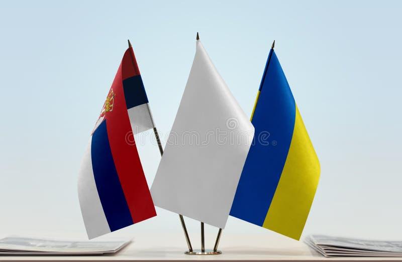 Bandeiras da Sérvia e da Ucrânia imagens de stock royalty free