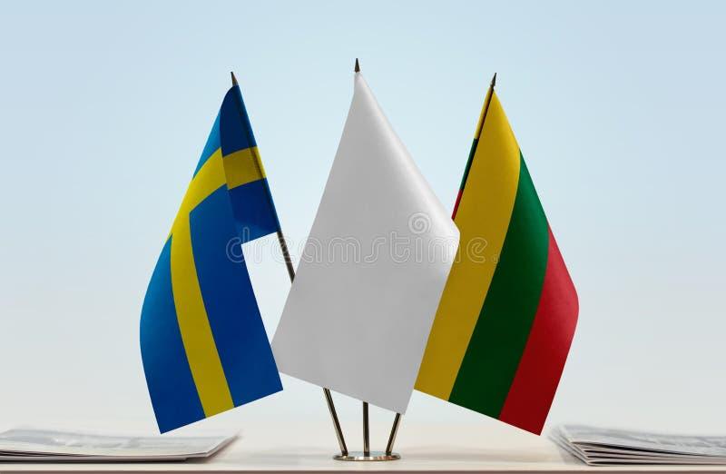 Bandeiras da Suécia e do Lituânia foto de stock