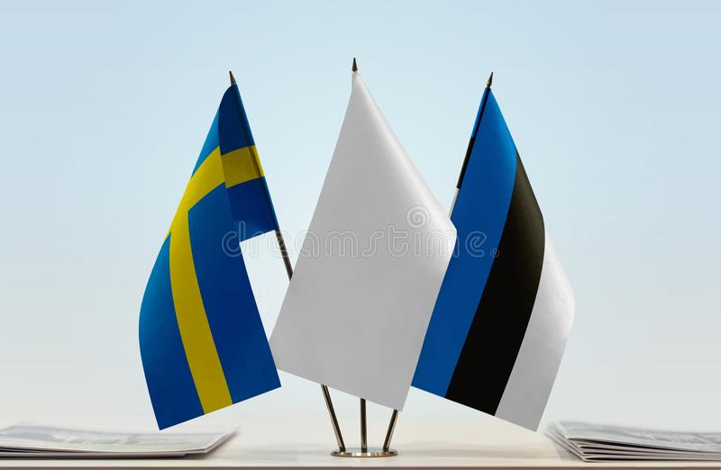 Bandeiras da Suécia e da Estônia fotografia de stock royalty free