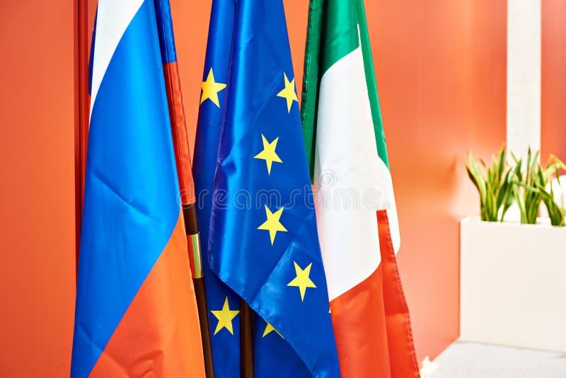 Bandeiras da União Europeia, da Rússia e do Itália imagem de stock royalty free