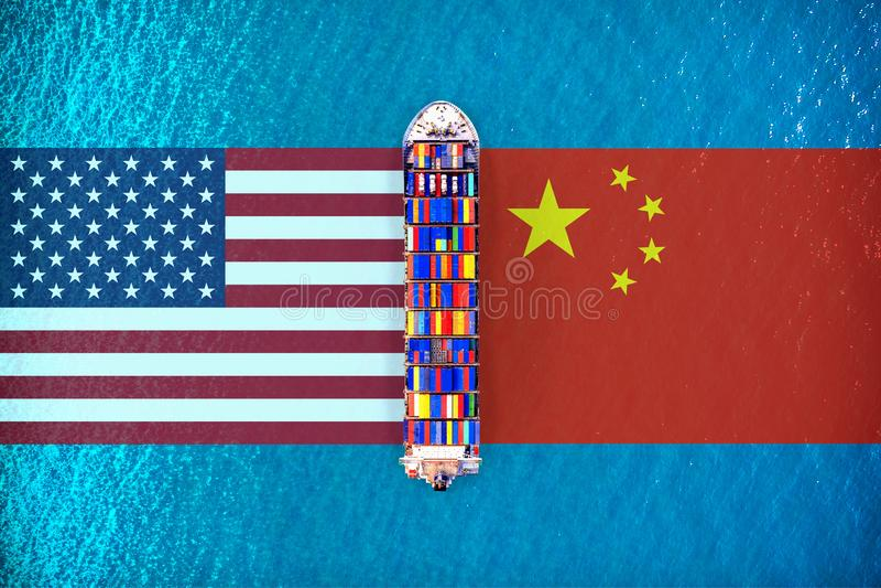 Bandeiras de América e bandeiras chinesas com o navio de carga no oceano EUA e war? do comércio de China foto de stock