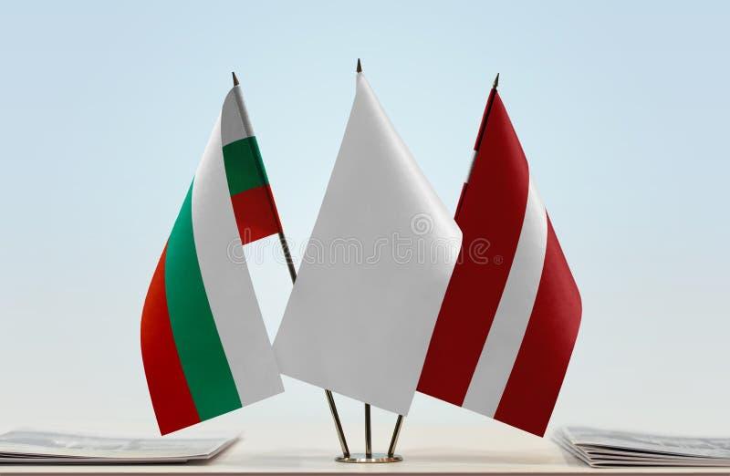 Bandeiras de Bulgária e de Letónia fotografia de stock royalty free