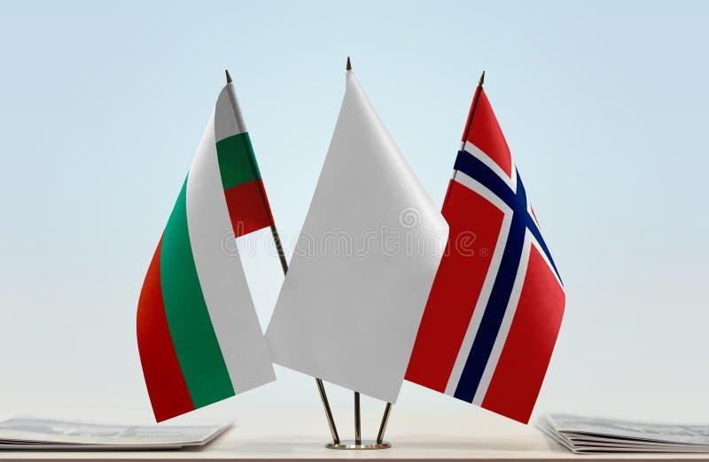 Bandeiras de Bulgária e de Noruega foto de stock royalty free