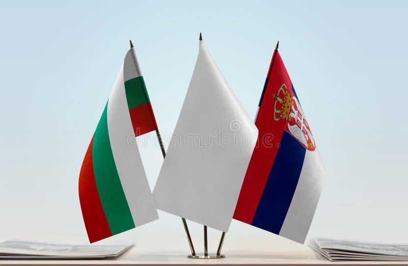 Bandeiras de Bulgária e de Sérvia fotografia de stock royalty free