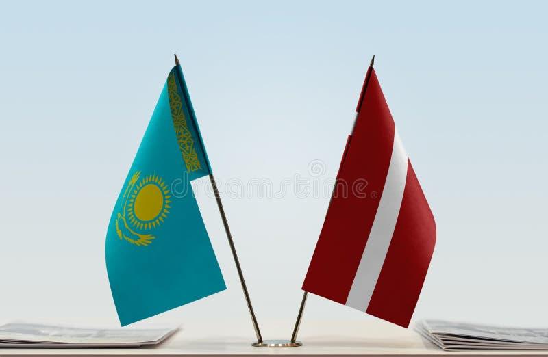 Bandeiras de Cazaquistão e de Letónia imagens de stock royalty free