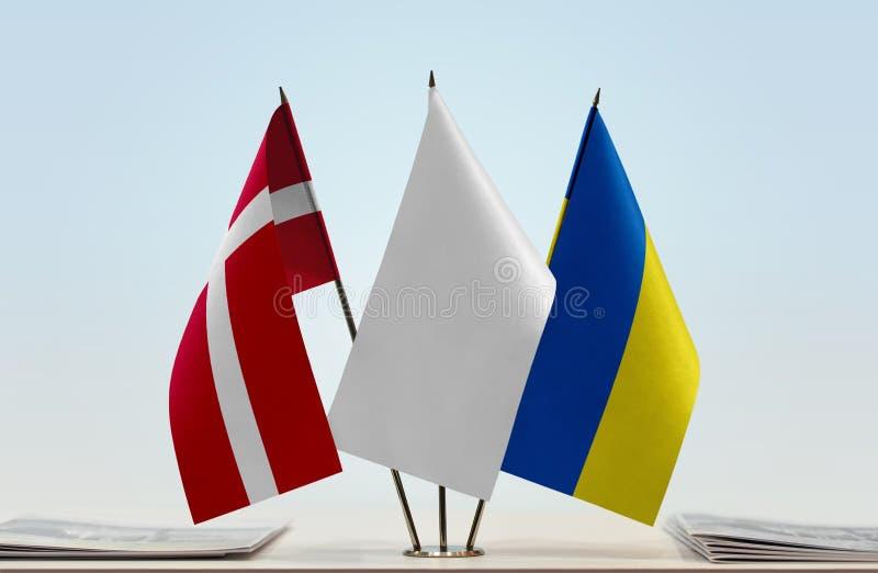 Bandeiras de Dinamarca e de Ucrânia foto de stock