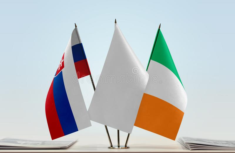 Bandeiras de Eslováquia e da Irlanda fotografia de stock royalty free