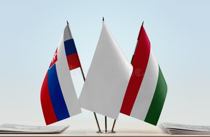 Bandeiras de Eslováquia e de Hungria imagens de stock royalty free