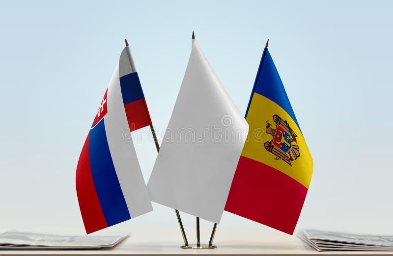 Bandeiras de Eslováquia e de Moldova foto de stock