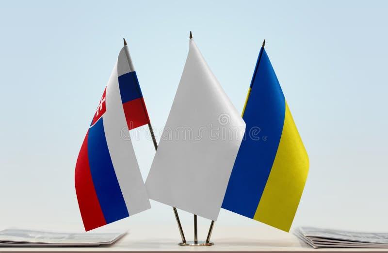 Bandeiras de Eslováquia e de Ucrânia imagem de stock royalty free