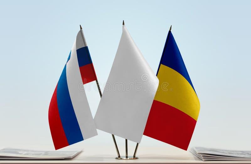 Bandeiras de Eslovênia e de Romênia imagens de stock royalty free