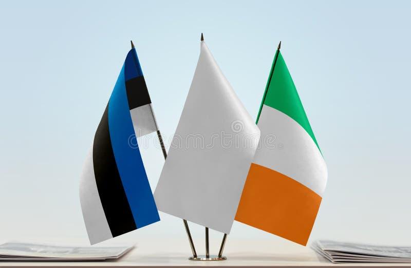 Bandeiras de Estônia e de Irlanda fotos de stock